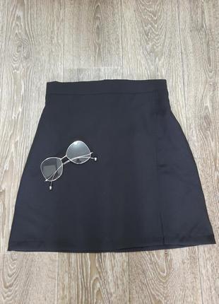 Актуальная черная юбка-мини с разрезом на ножке. размер с.имиджевые очки в подарок
