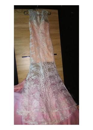 Платье свадебное кружевное со шлейфом.