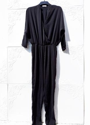 Стильный длинный свободный чёрный комбинезон с карманами на запах moss copenhagen