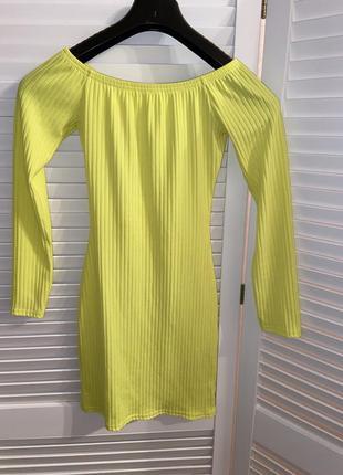 Яркое платье со спущенными плечами