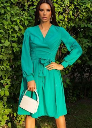 Зеленое классическое платье на запах