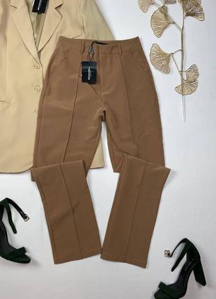 Коричневые плотные брюки со стрелками prettylittlething