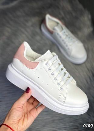 Белые базовые кроссовки с розовой вставкой
