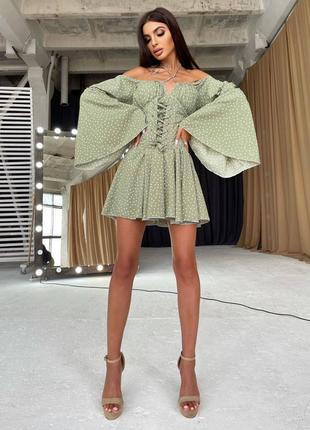 Платье в горошек с расклешенными рукавами и корсетом💭