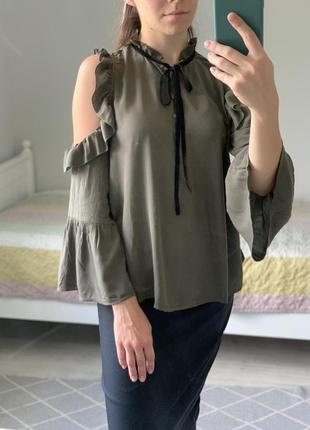 Стильная блуза в цвете хаки.
