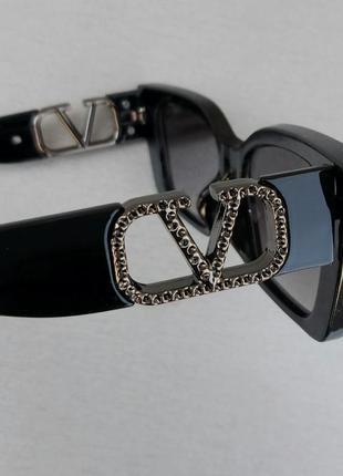 Valentino очки женские солнцезащитные модные узкие черные с серебристым логотипом8 фото