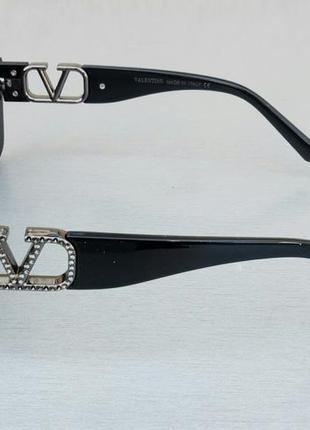 Valentino очки женские солнцезащитные модные узкие черные с серебристым логотипом3 фото