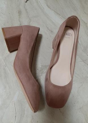 Туфли на широком расклешоном устойчивом каблуке