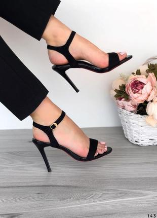 Босоножки на высоком каблуке черные