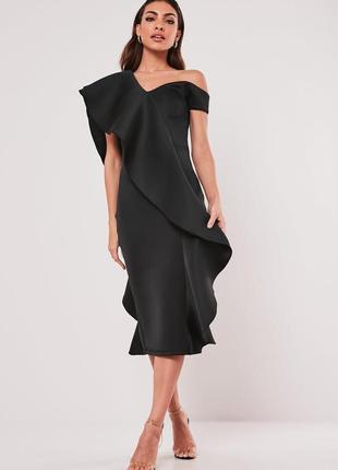 Эффектное неопреновое платье миди мидакси с крупным пышным воланом