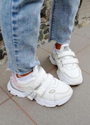 Модні стильні актуальні білі кросовки 2021 року