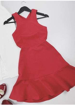 Красное платье с красивой спинкой торга нет