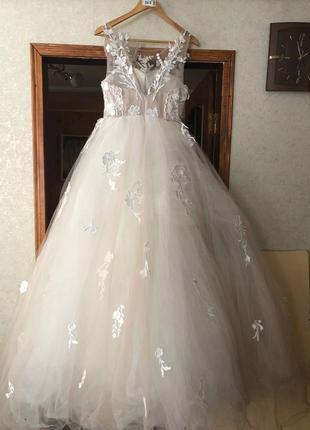 Красивое свадебное платье а-силуэт пышное кружевным корсетом