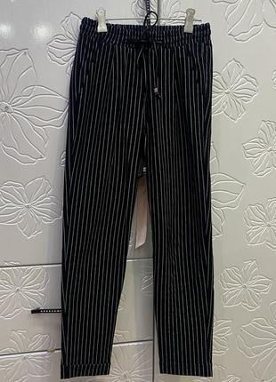 Чёрные классические брюки в белую полоску на высокой талии