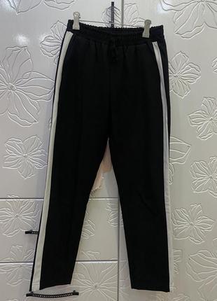 Чёрные брюки lc waikiki с белыми лампасами по бокам на высокой талии
