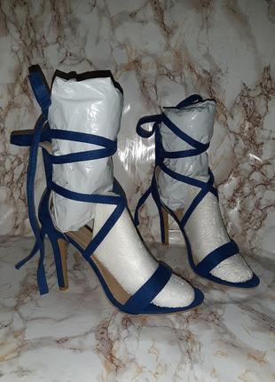 Синие босоножки с закрытой пяточкой и завязками на ногу на высоком каблуке