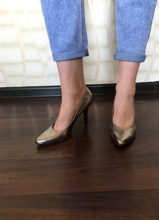 Класичні серебристі туфлі