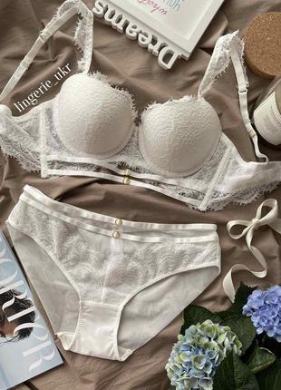 Красивый белый комплект нижнего белья
