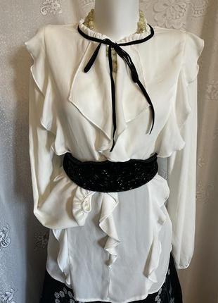 Нарядная белая блуза рубашка с рюшами с чёрной лентой