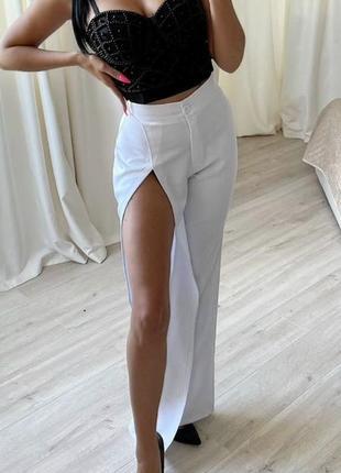 Білі класичні брюки з розрізом