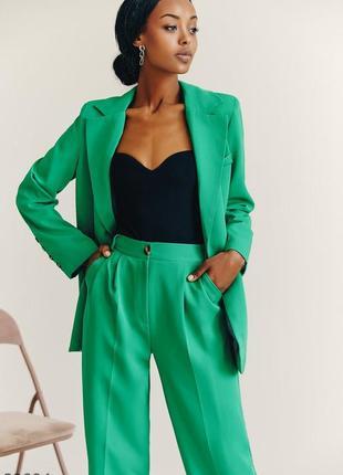 Классический брючный костюм яркого зелёного цвета