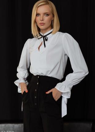 Белая блуза с воротником-стойкой