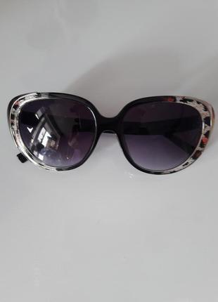 Очень стильные солнцезащитные очки в леопардовой оправе