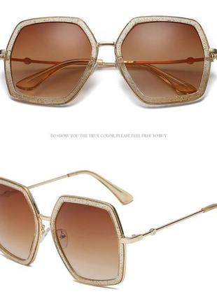Крупные очки-стрекозы с блестками в оправе и чайной дымчатой линзой
