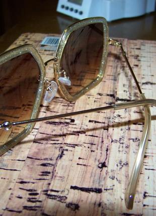 Крупные очки-стрекозы с блестками в оправе и чайной дымчатой линзой4 фото