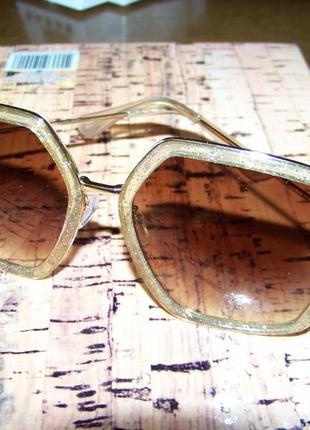 Крупные очки-стрекозы с блестками в оправе и чайной дымчатой линзой3 фото