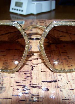 Крупные очки-стрекозы с блестками в оправе и чайной дымчатой линзой2 фото