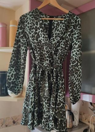 Классное лёгкое платье на запах,  с принтом и поясом