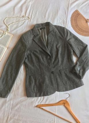 Базовый серый полуприталенный пиджак на пуговицах из шерсти и шёлка (размер 40-42)