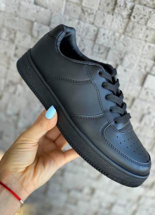 Чёрные кроссовки женские