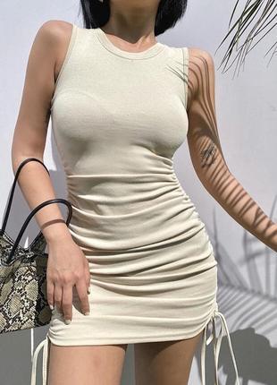 Платье бежевое короткое трикотажное базовое бежевое со стяжками