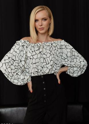 Белая шелковая блуза с открытыми плечами