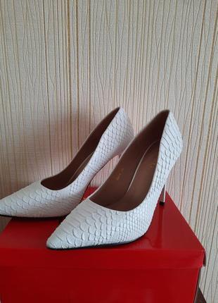 Белые туфли лодочки на шпильке2 фото