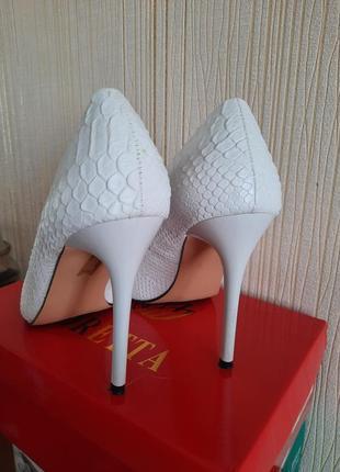 Белые туфли лодочки на шпильке4 фото