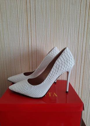 Белые туфли лодочки на шпильке1 фото