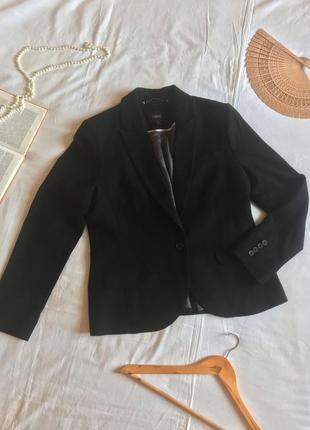 Чёрный полуприталенный пиджак из шерсти и кашемира (размер 40-42)