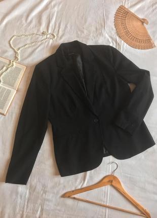 Фирменный чёрный однобортный пиджак прямого кроя (размер 42-44)