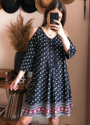 Сукня з відкритими плечима. платье