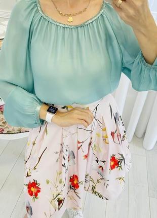 Шелковая блузка мятного цвета с паетками