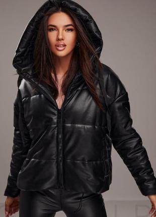Дутая утепленная куртка из эко-кожи с объёмным капюшоном xs-s