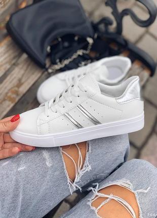 Белые кеды с серыми вставками модные