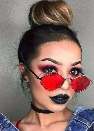 Солнцезащитные очки-ромбы с прочной оправой под золото и красной дымчатой линзой