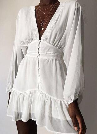 Белое шифоновое платье на пуговках