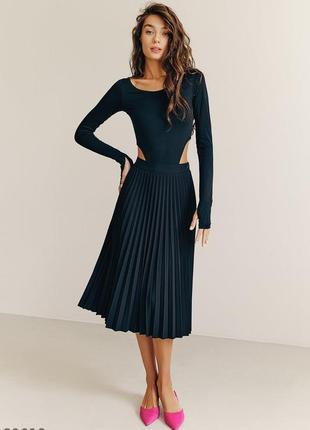 Черная плиссированная юбка- миди