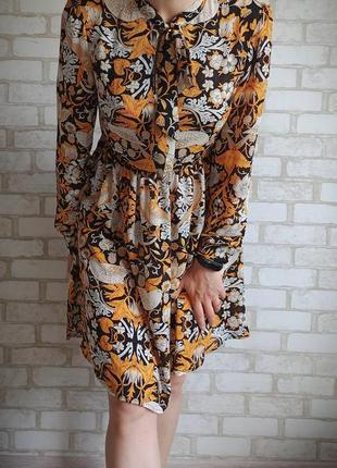Короткое платье с актуальным принтом