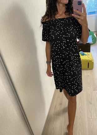 Платье миди в горошек с открытыми плечами